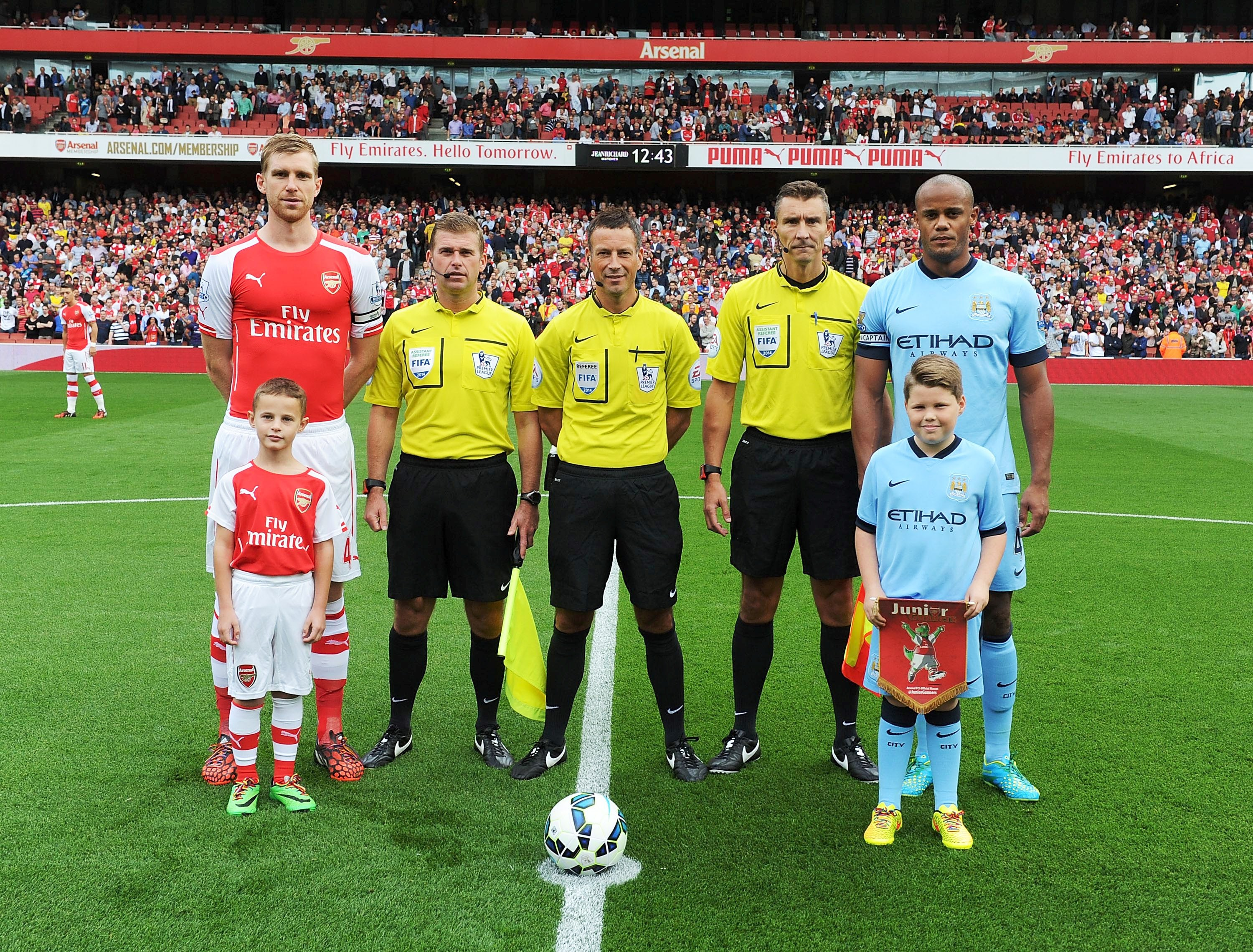Show time - Stefan poses for the officlal pre-kick off photo with Vinny, Alfie, Arsenal skipper, Per Mertesacker and match day officials (who shall remain nameless otherwise I might swear and this isn't your usual Read But Never Red!)